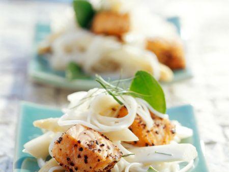 Thainudeln mit Spargel und gepfeffertem Lachs