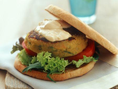 Vegetarischer Burger mit Salat mit Hummus