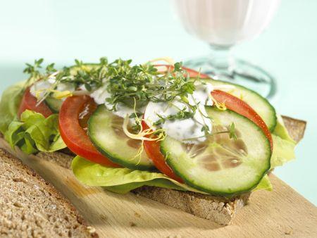 Tomaten-Brot mit Gurke und Kresse