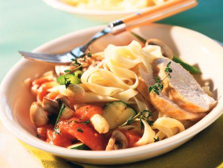 Tomaten-Gemüse-Sauce mit Hähnchenbrust und Tagliatelle