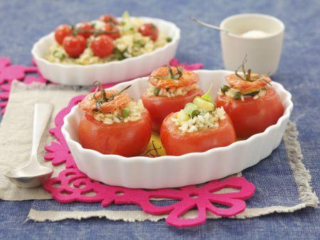 Tomaten mit Erbsen, Zucchini und Reis gefüllt