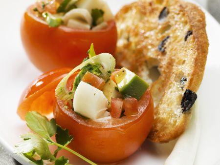 Tomaten mit Gemüse gefüllt