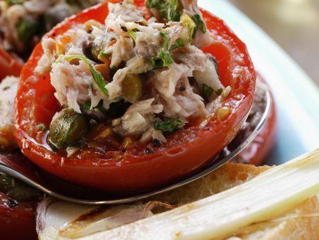 Tomaten mit Thunfisch-Kapern-Füllung und Knoblauchbrot