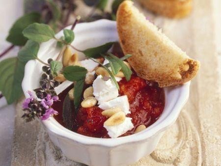 Tomatensoße mit Basilikum, Pinienkernen und Ziegenkäse