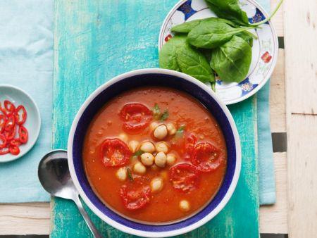 Tomatensuppe mit Süßkartoffel, Spinat und Kichererbsen
