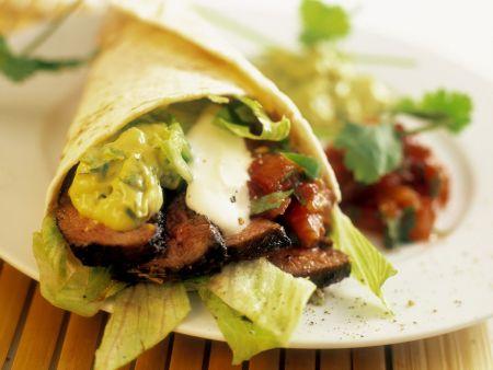 Tortilla mit Rindfleischstreifen und Guacamole