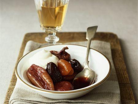 Trockenobst in Wein mit Schlagsahne