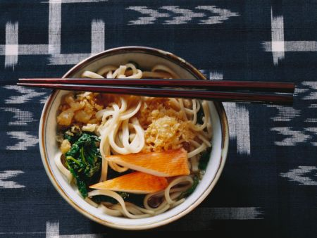 Udon-Nudelsuppe mit Lauch, Spinat & Surimi