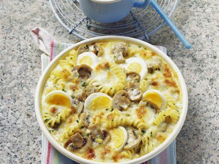 Überbackene Nudelpfanne mit Pilzen, Eiern und Käse