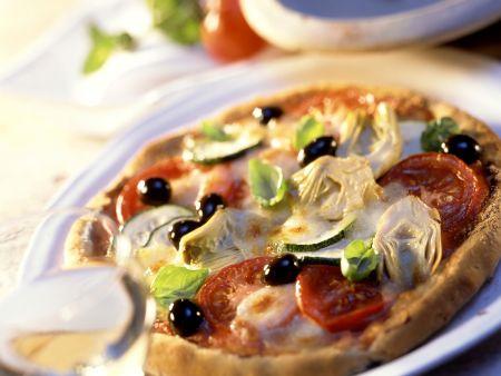 Vegetarische Pizza mit Artischocken, Oliven und Zucchini