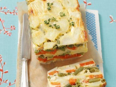 Vegetarische Terrine mit Kartoffeln, Karotten und grünen Bohnen