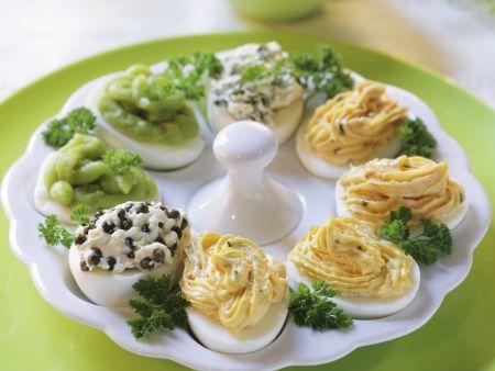 Verschieden gefüllte harte Eier