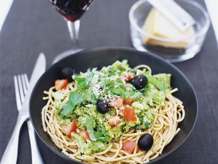 Vollkornnudeln mit Oliven und Brokkoli