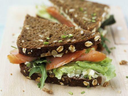 Vollkornsandwich mit Lachs