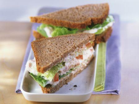 Vollkornsandwich mit Thunfisch und Tomaten