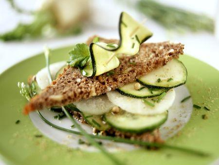 Vollkornschnitte mit Gurke, Zucchini und Rettich