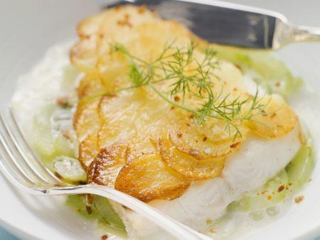 Waller mit Kartoffelhaube, dazu Gurken-Dill-Gemüse und Zitronensoße