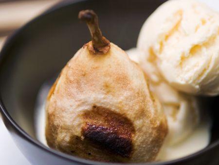Warme Birne mit Vanilleeis