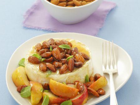 Warmer Camembert mit Honig-Mandeln und Apfel