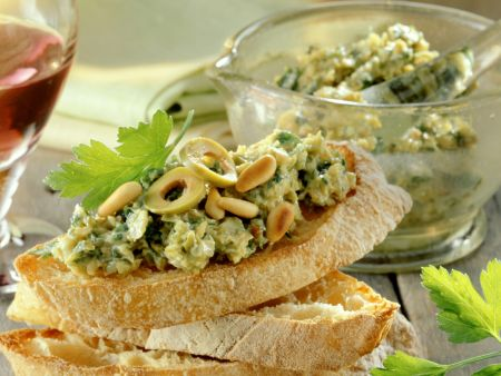 Weißbrote mit Oliven-Anchovis-Creme
