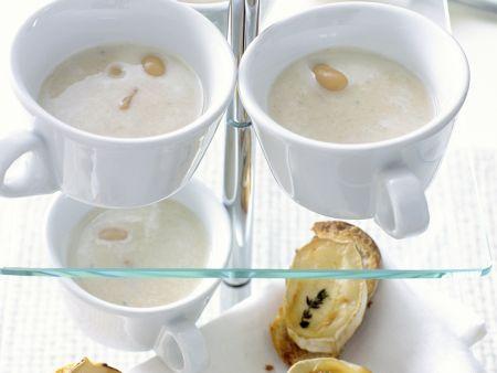Weißes Bohnensüppchen mit Ziegenkäse-Crostini