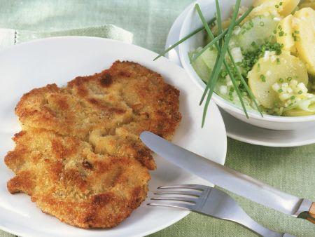 Wiener Schnitzel und Kartoffelsalat mit Gurken
