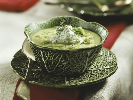 Wirsingsuppe mit Dillcreme-Topping