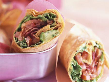 Wraps mit Speck, Tomate und Salat
