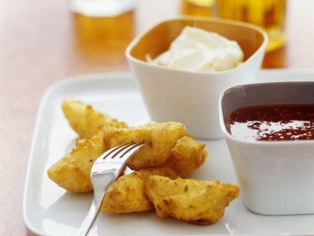Würzige Kartoffelecken mit Chilisoße und Schmanddip