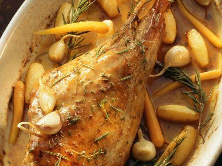 Zickleinkeule mit Karotten, Knoblauch und Kartoffeln