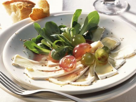 Ziegen-Camembert mit Weintrauben und Feldsalat