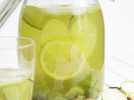 Zitronenlimonade mit Apfel und Kiwi