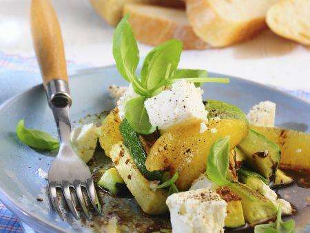 Zucchini in Marinade mit Schafskäse und Orangen