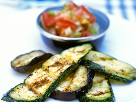 Zucchini und Auberginen vom Grill mit Paprikasalat