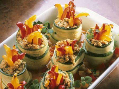 Zucchiniröllchen mit Reis und Paprika gefüllt