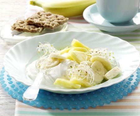 Ananas-Sprossen-Mix auf Joghurt