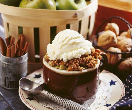 Apfelgratin mit Vanilleeis und Walnüssen