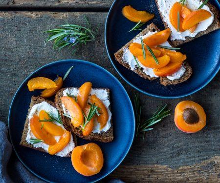 Aprikosen-Brote mit Ziegenfrischkäse