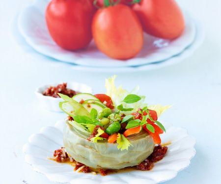 Artischocke mit Gemüsefüllung und Tomatendressing