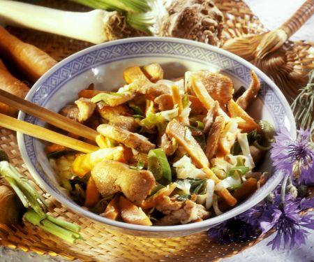 Asia-Hähnchenpfanne mit Karotten, Lauch und Sellerie