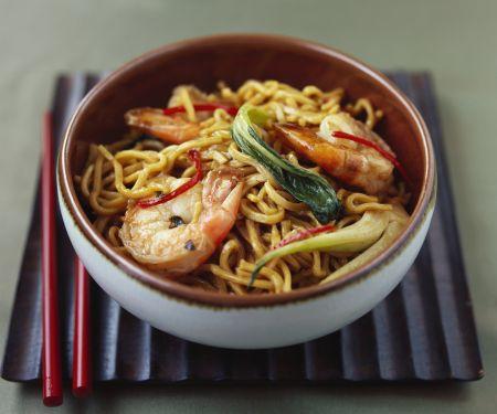 Asiatische Nudelpfanne mit Gemüse und Garnelen