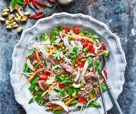 Asiatischer Rindfleischsalat mit Reisnudeln und Kokos
