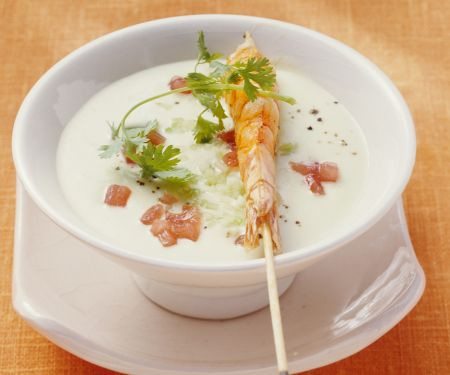 Avocado-Kokos-Kaltschale mit Shrimps-Spieß