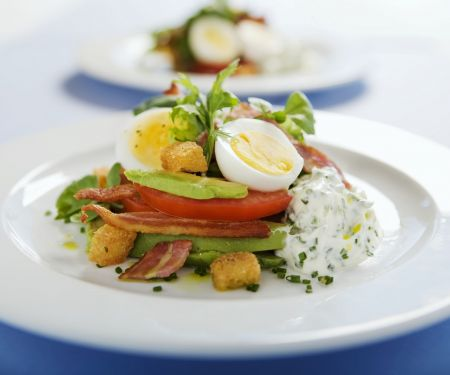 Avocadosalat mit gekochtem Ei und Kräuterquark