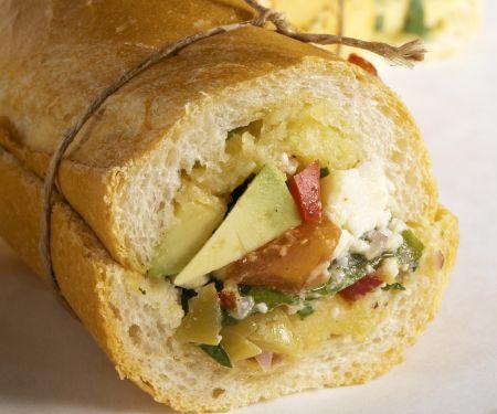 Baguettebrötchen mit Avocado, Schafskäse, Oliven und Paprika