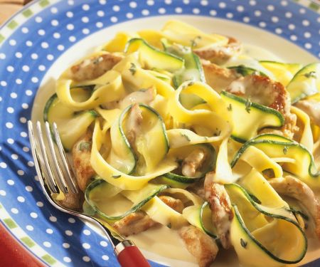 Bandnudeln mit Zucchini und Putenstreifen