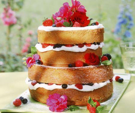 Beeren-Biskuit-Torte mit Blüten
