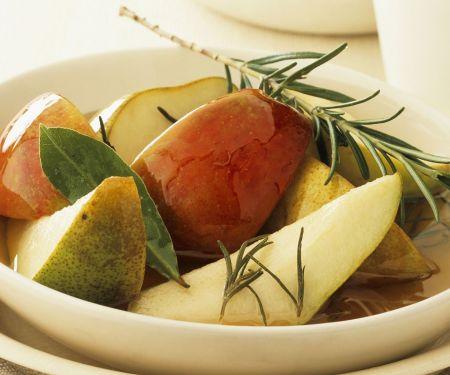 Birnen-Apfel-Salat mit Rosmarinsirup