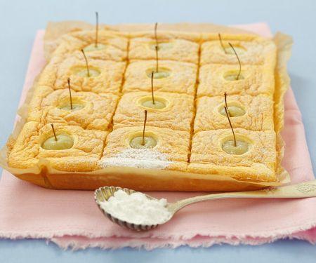 Biskuit-Apfelkuchen mit Puderzucker