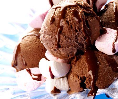 Bitterschokoladeneiscreme mit Marshmallows